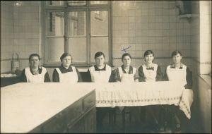 Foto  Frauen Gruppe, Echtfoto, Tafel, Küche 1920 Privatfoto