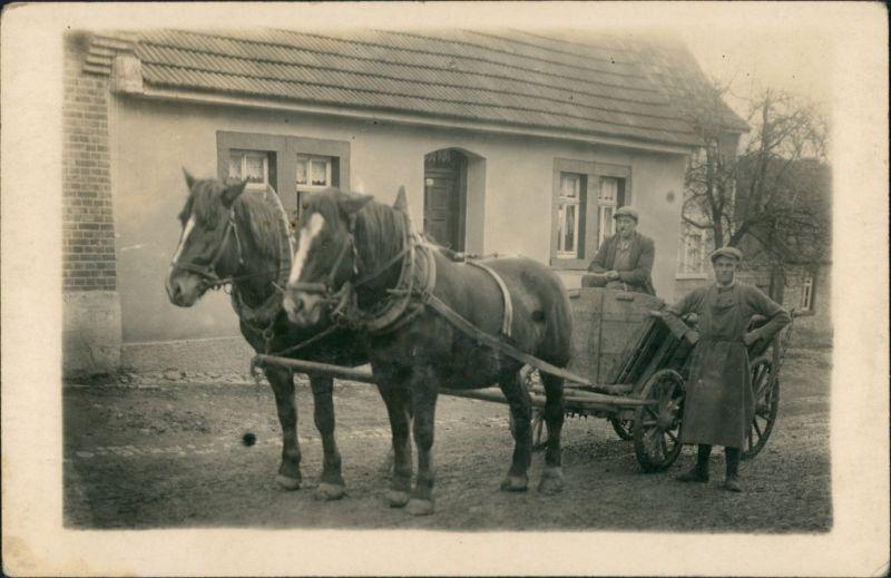 Menschen / Soziales Leben Mann Pferde Kutsche vor Wohnhaus 1920 Privatfoto