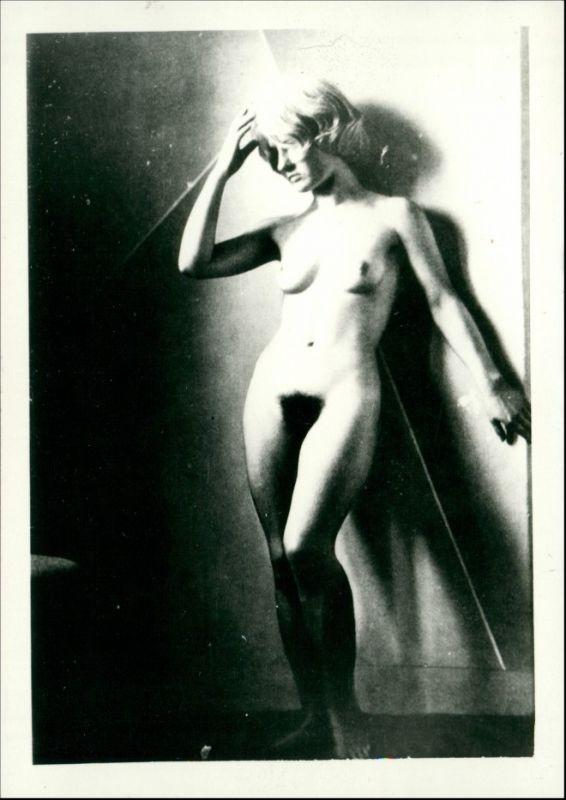 Soziales Leben - Erotik (Nackt - Nude) nackte Frau Aktszene 1950 Privatfoto