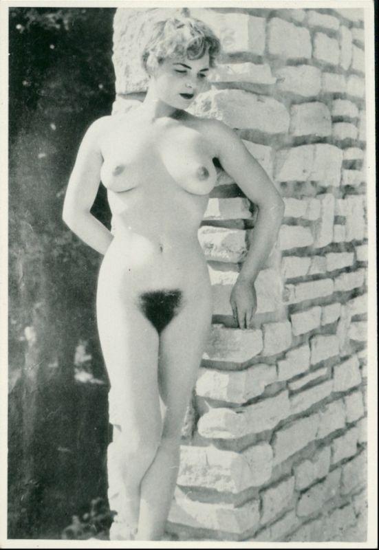 Menschen / Soziales Leben - Erotik (Nackt - Nude) nackte Frau an dert Mauer 1950 Privatfoto
