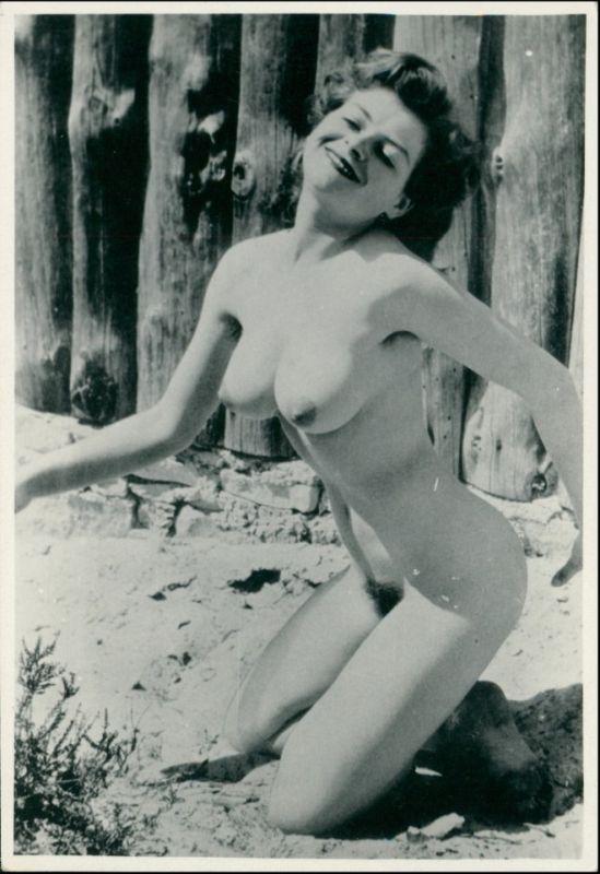 Erotik (Nackt - Nude) nackte Frau Strand Holzbolen 1950 Privatfoto