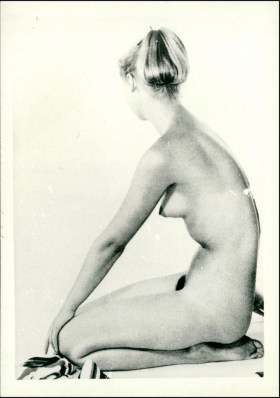 Foto  nackte Frau kniend Erotik (Nackt - Nude) 1950 Privatfoto
