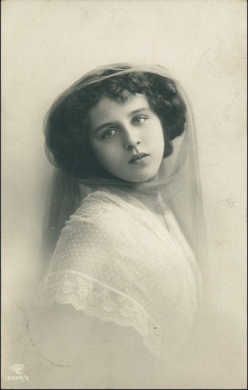 Ansichtskarte  Schöne Frau schaut lassiv 1909