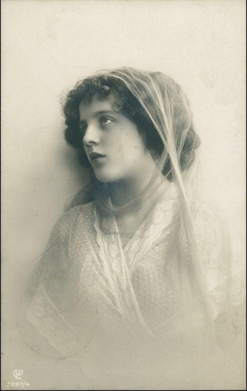 Menschen / Soziales Leben - Erotik (Nackt - Nude) Schöne Frau schaut lassiv 1909