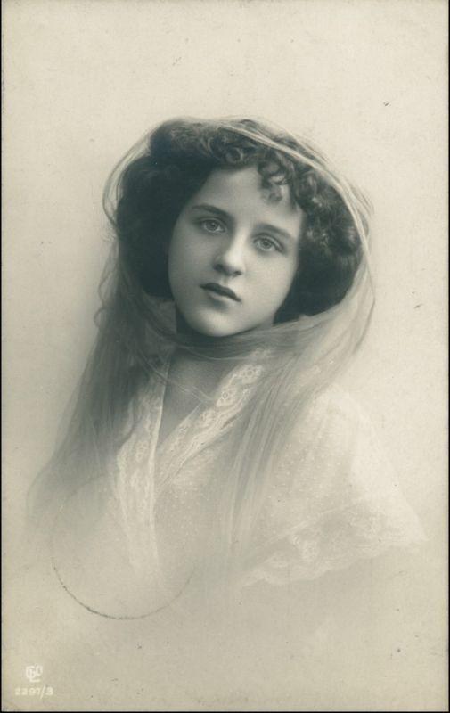 Ansichtskarte  Schöne Frau schaut lassiv Erotika 1909