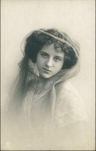 Ansichtskarte  Schöne Frau schaut lassiv - Erotika Hut 1909