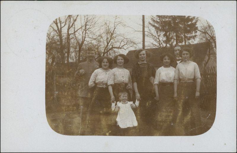 Tauer-Peitz Picnjo Familie vor Haus gel. Tauer Bz Frankfurt 1916 Privatfoto