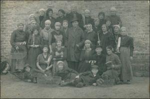 Friedheim (Lk Wirsitz) Miasteczko Krajeńskie Gutsherr und Landarbeiterinnen 1917