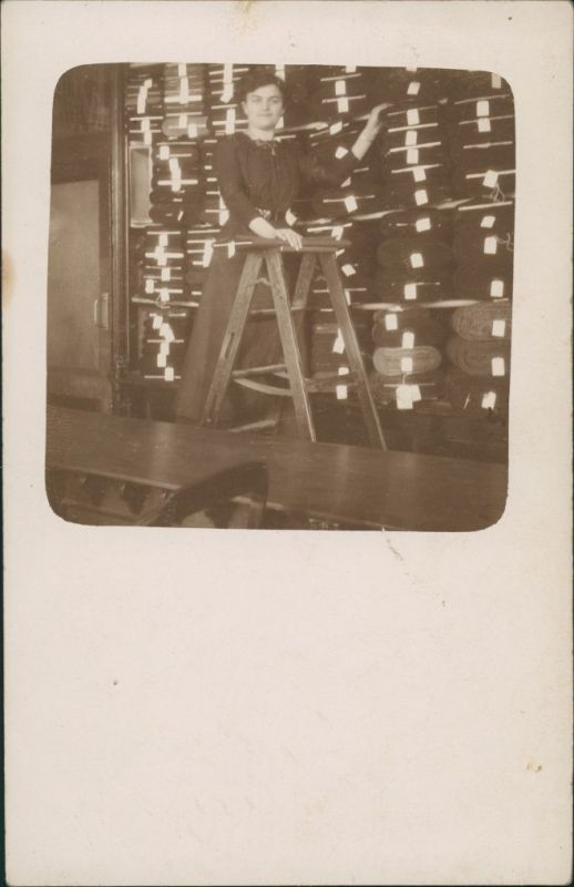 Foto  Frau im Stofflager - Warenlager 1925 Privatfoto