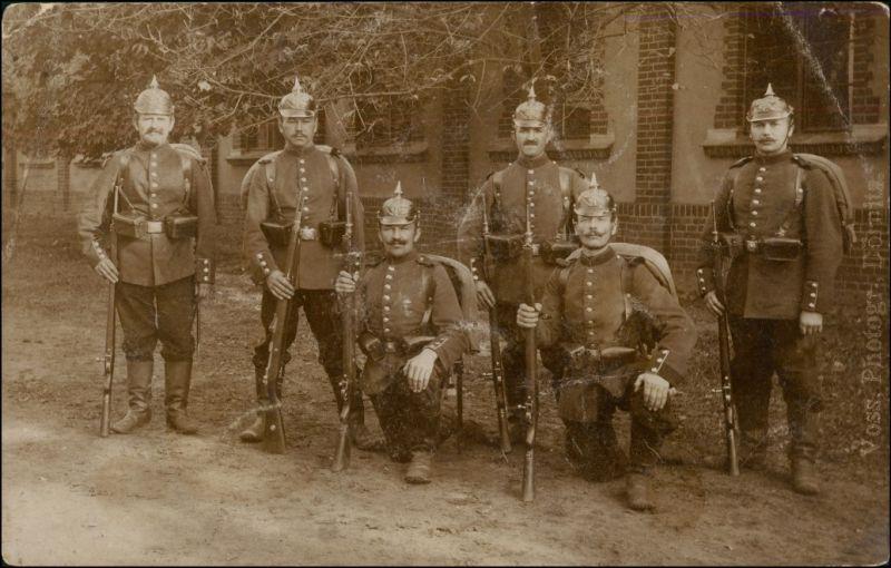 Soldaten mit Pickelhaube und Gewehren vor der Kaserne 1916 Privatfoto