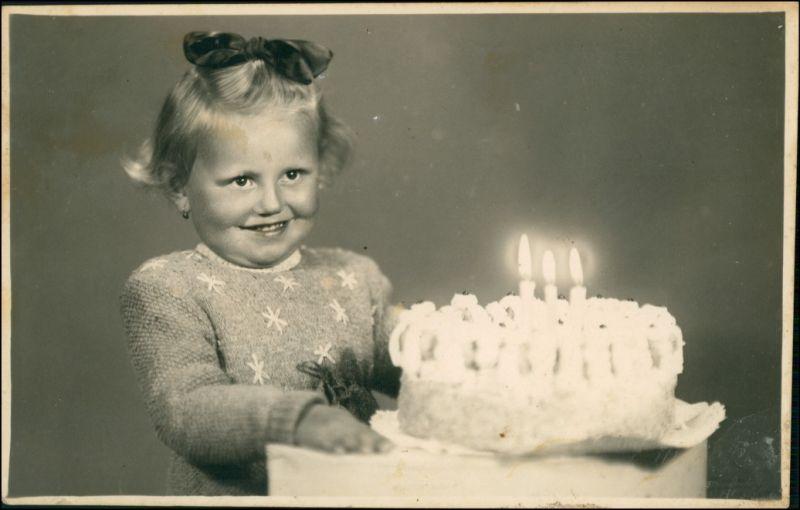 Mädchen mit Geburtstagskuchen Glückwunsch/Grußkarten: Geburtstag 1954 Privatfoto