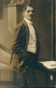 Ansichtskarte  Mann in guter Kleidung (eventuell alter Schauspieler?) 1910