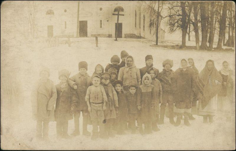 Kinder und Frauen vor Kirche Südosteuropa Winter 1916 Privatfoto