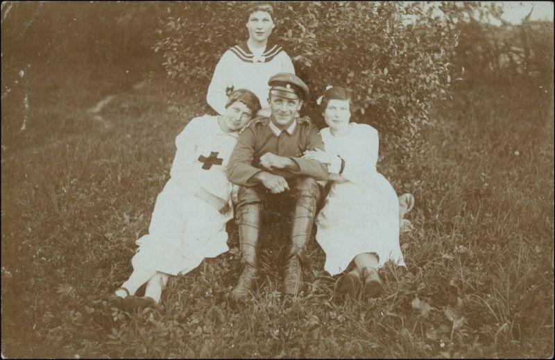 Soldat mit 3 jungen Krankenschwestern WK1 Militaria 1915 Privatfoto