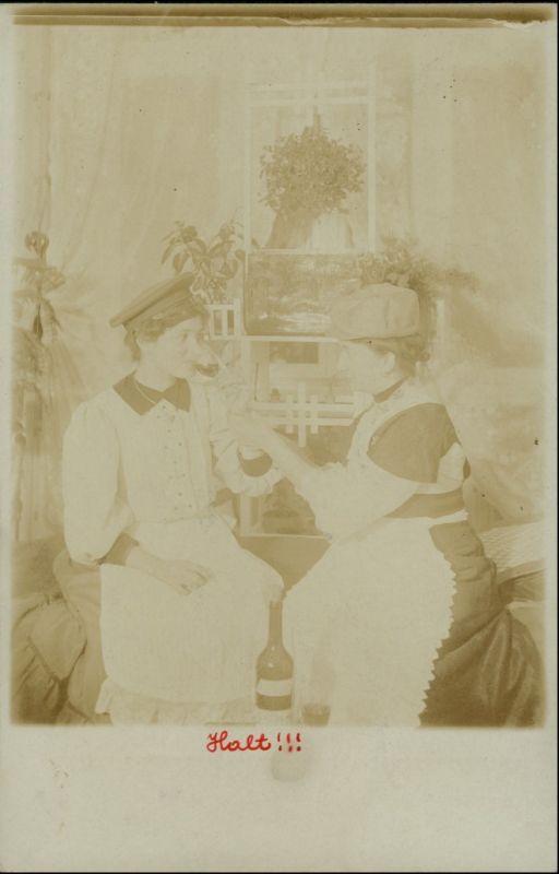 Frau mit Soldatenmütze beim Weintreinken gel. Hamm Westfalen 1909 Privatfoto