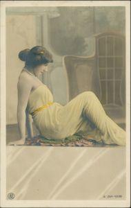 Menschen / Soziales Leben - Erotik (Nackt - Nude) Frau lassiv im Gewande 1909