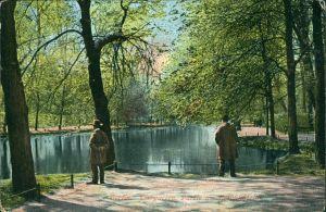 Ansichtskarte Tiergarten-Berlin Männer am Goldfischteich 1914
