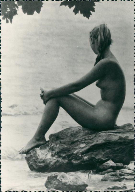 Erotik Erotika nackte Frau auf Felsen Strand Fotokunst 1959 Privatfoto