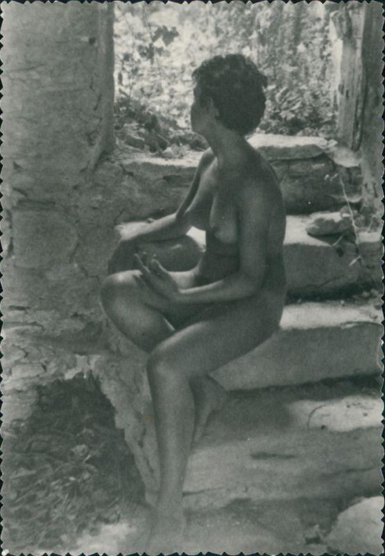 nackte Frau auf Steintreppe Erotik Erotika Nude Fotokunst 1959 Privatfoto