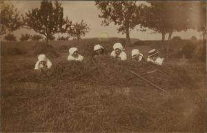 Fotokunst Fotomontage Rast Pause Arbeiter i.d. Landwirtschaft 1920 Privatfoto