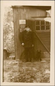 Menschen / Soziales Leben - Arbeiter vor Verhau 1916 Privatfoto