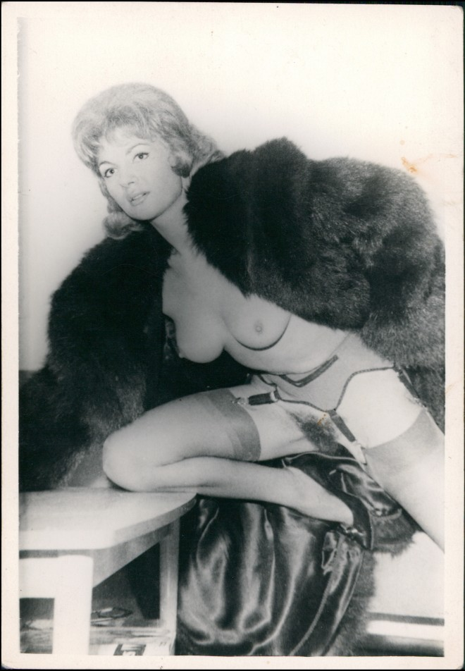 Foto  Frau Erotik (Nackt - Nude) Pelz, Tisch 1962 Privatfoto