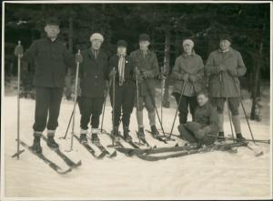 Wintersport Skifahrer Personen Gruppenfoto Echtfoto-AK 1930 Privatfoto