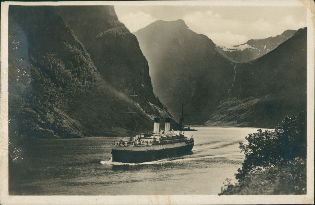 Postcard Norwegen Allgemein Dampfer passiert norwegischen Fjord 1927