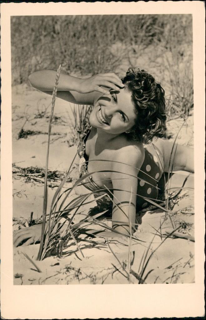 Ansichtskarte  DDR Erotik Frau in den Dünen 1958