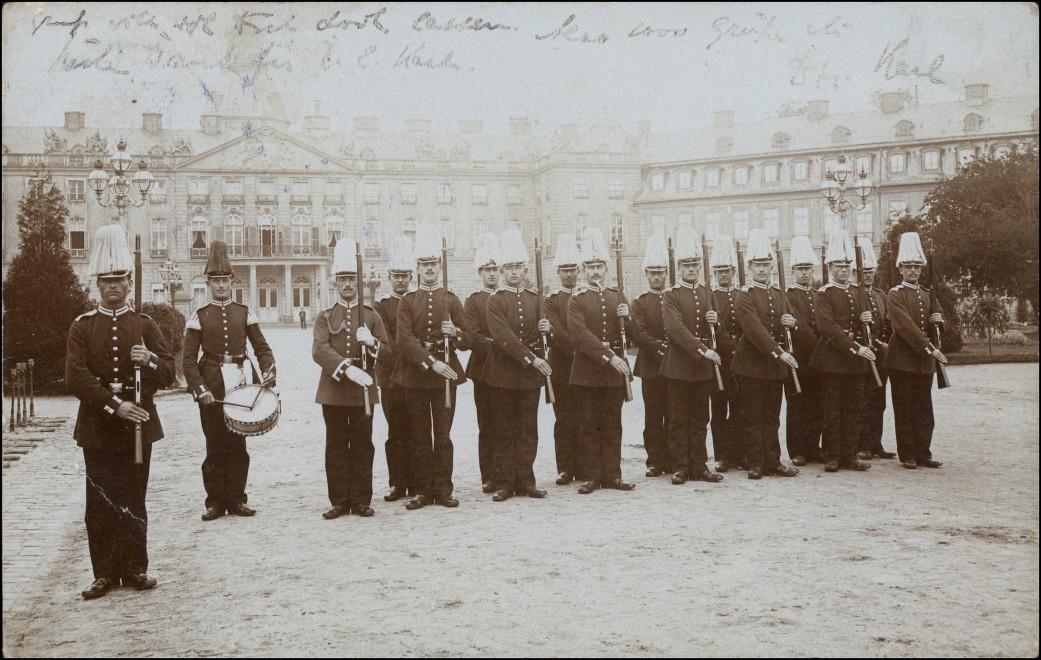 Foto Karlsruhe Schloß - Soldaten EXERZIEREN 1906 Privatfoto