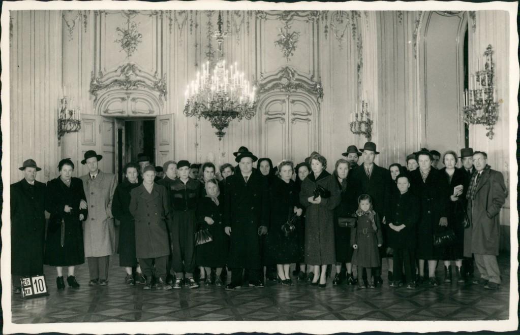 Ansichtskarte Hietzing-Wien Schloss Schönbrunn Besucher Gruppenfoto 1950