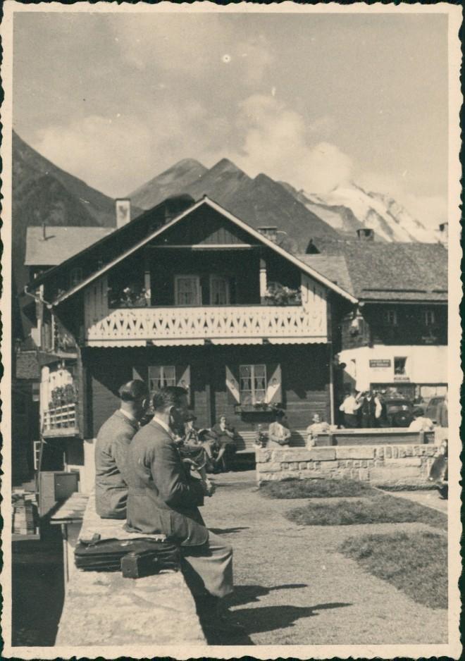 Heiligenblut am Großglockner Echtfoto Personen  Urlauber vor Wohnhaus 1950