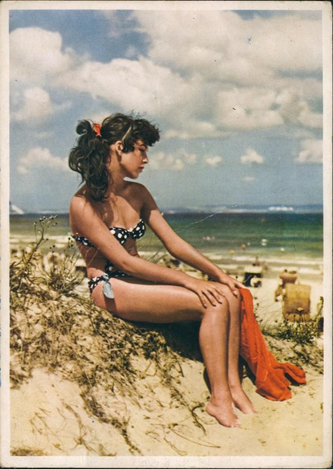 Ansichtskarte  Erotik DDR Frau im Bikini am Strand 1956
