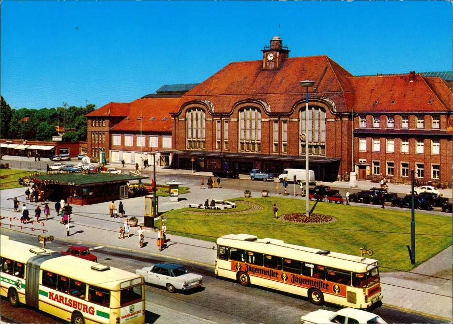 Bremerhaven Hauptbahnhof, Verkehr Autos Bus mit Jägermeister-Werbung 1970