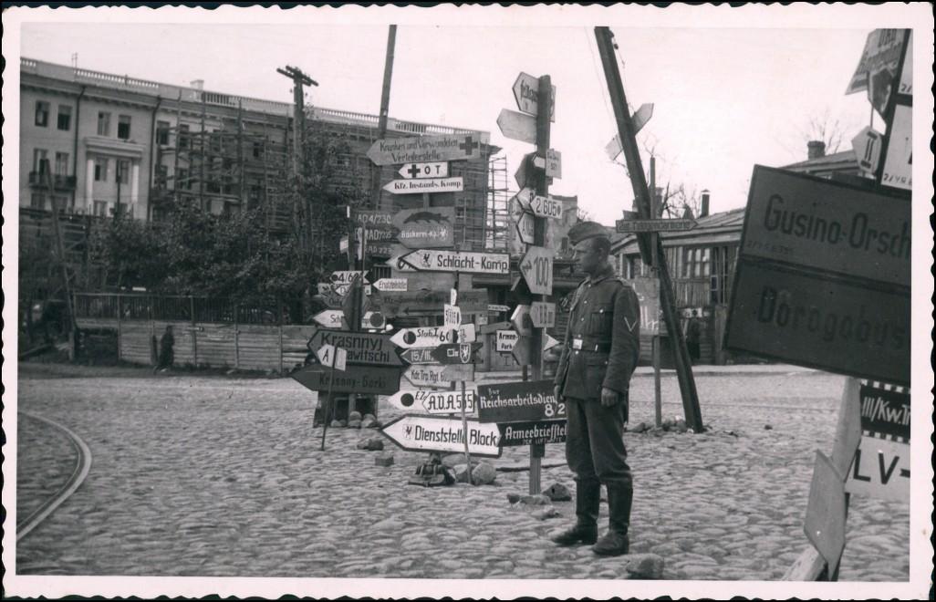 Militär 2.WK Soldat Wegweiser Stadt Rußland Россия Rußland   1942 Privatfoto 0