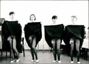 Frauen üben erotischen Tanz Menschen /  Erotik (Nackt - Nude) 1965 Privatfoto