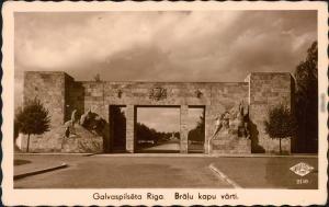Riga Rīga  Ри́га Straßenpartie am Tor - Denkmal (Brälu kapu värti) 1932