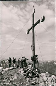 Ansichtskarte Ruhpolding Leute vor dem Gipfelkreuz des Rauschberg 1956