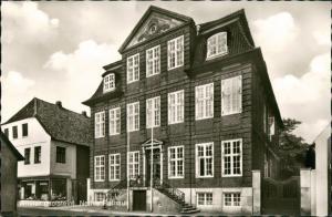 Ansichtskarte Wilster Strassen Partie mit Neues Rathaus und Geschäft 1966