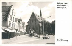 Haßfurt (Main) Ritterkapelle, Geschäft, Litfaßsäule, Auto, Personen 1960