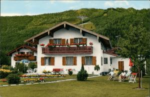 Unterwössen Gasthof Unterkunft Haus THERES, Personen im Liegestuhl 1972