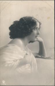 Ansichtskarte  Erotik Fotokunst - lassiv schauende junge Frau 1912