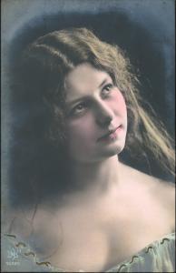 Ansichtskarte  Erotik - junge Frau lassiv - colorierte Fotokarte 1907