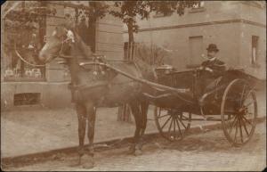 Pferdekuttsche Mann mit Melone vor Geschäft Stempel Hordel 1907 Privatfoto