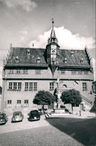 Ansichtskarte Ochsenfurt Autos Auto ua. VW Käfer Volkswagen vor Rathaus 1960