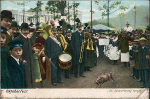 Ansichtskarte München Oktoberfest Spanferkel Musikanten Gesellschaft 1910