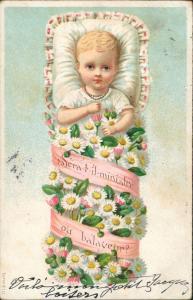 Baby Kleinkind in Blumen gewickelt, Künstlerkarte Kunst 1910 Prägekarte