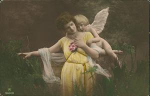 Ansichtskarte  Fotokunst Fotomontage Kind als Engel Frau umarmend 1921